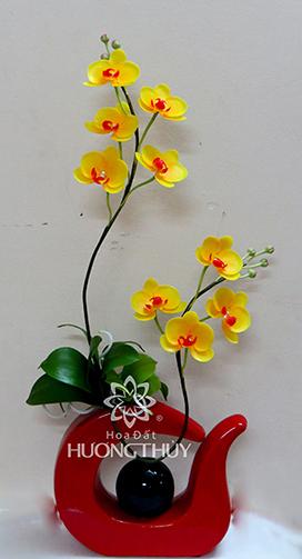 Hoa đất Hương Thủy – Hồ điệp vàng cắm bình cây đàn màu đỏ