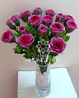 Hoa đất Hương Thủy – Hoa hồng màu tím 15 bông cắm bình thủy tinh thả sỏi trắng